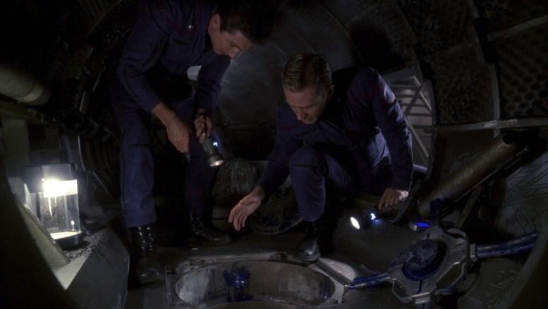 Tucker e Reed dentro de cápsula do futuro