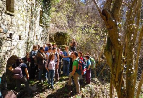 Un gruppo di escursionisti davanti ad uno dei mulini abbandonati. Escursioni Trekkingtaroceno
