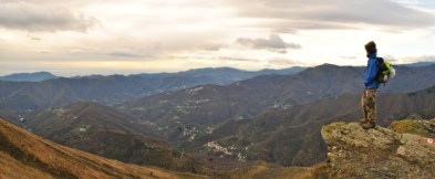 Lo splendido panorama del mar Ligure visto dal crinale del Monte Ramaceto, sull'Alta Via dei Monti Liguri.