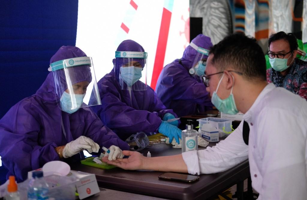 Warga mengikuti Rapid Test Gratis di terowongan Jalan Kendal, Sudirman, Jakarta, Senin 8 Juni 2020.