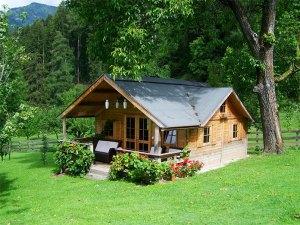 Budowa domku drewnianego na działce. Czy wynająć dźwig?