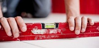 Ręczna czy elektryczna przecinarka do płytek? Porównujemy niezbędne narzędzie glazurnicze