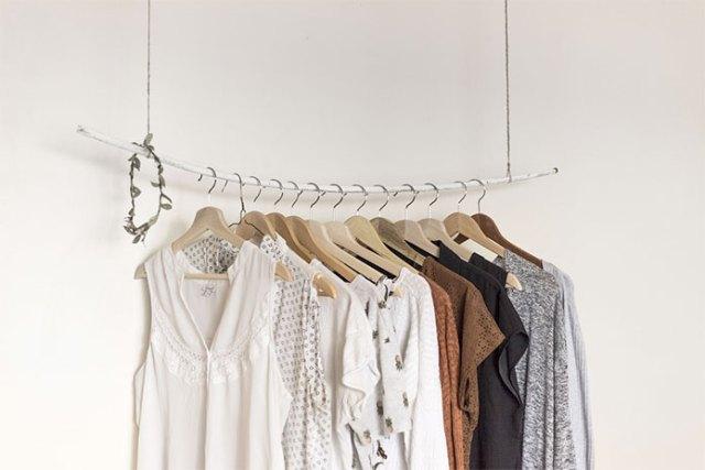 mała garderoba w pokoju