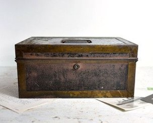 Ideas To Decorate Your House With Vintage Chests And Trunks 16
