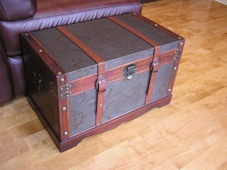 Ideas To Decorate Your House With Vintage Chests And Trunks 23
