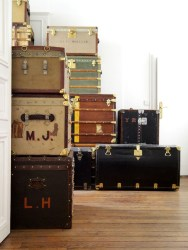 Ideas To Decorate Your House With Vintage Chests And Trunks 28