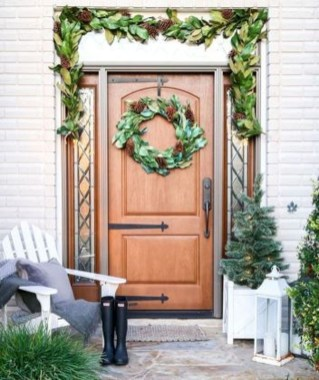 Inspiring Farmhouse Christmas Porch Decoration Ideas 07