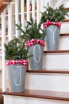 Inspiring Farmhouse Christmas Porch Decoration Ideas 15