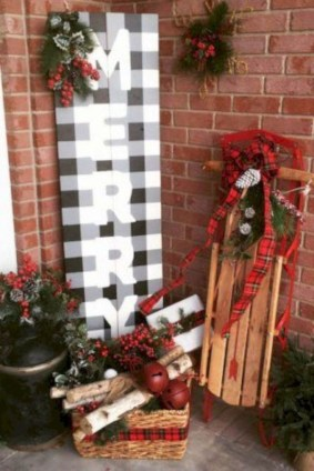 Inspiring Farmhouse Christmas Porch Decoration Ideas 27