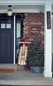 Inspiring Farmhouse Christmas Porch Decoration Ideas 31