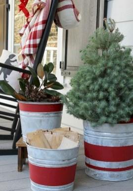 Inspiring Farmhouse Christmas Porch Decoration Ideas 35