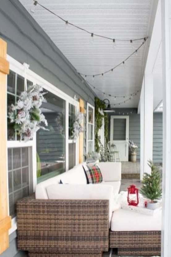 Inspiring Farmhouse Christmas Porch Decoration Ideas 50