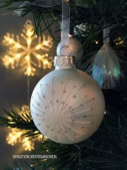Best Home Decoration Ideas With Snowflakes And Baubles 24
