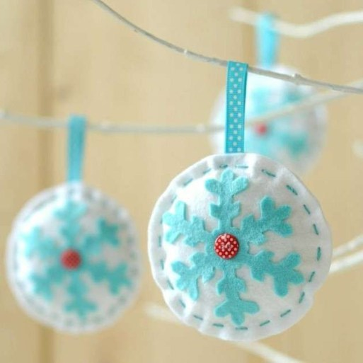 Best Home Decoration Ideas With Snowflakes And Baubles 43