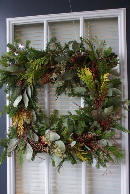 Adorable Front Door Christmas Decoration Ideas That Trend This Year 42