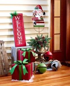 Awesome Christmas Farmhouse Porch Décor Ideas 02