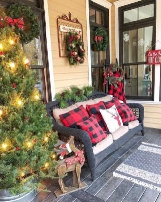 Awesome Christmas Farmhouse Porch Décor Ideas 17