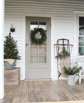 Awesome Christmas Farmhouse Porch Décor Ideas 43