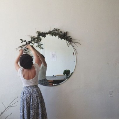 Best Ways To Decorate Your Circle Mirror With Garland11