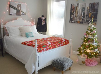 Perfect Christmas Bedroom Decorating Ideas32