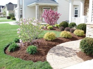 Pretty Christmas Front Yard Landscaping Ideas20