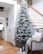 Stunning Farmhouse Christmas Entryway Design Ideas01