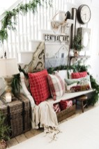 Stunning Farmhouse Christmas Entryway Design Ideas04