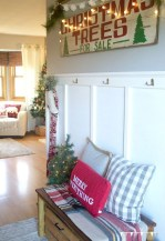 Stunning Farmhouse Christmas Entryway Design Ideas17