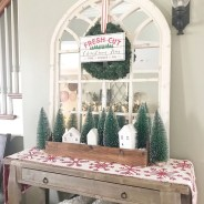Stunning Farmhouse Christmas Entryway Design Ideas20