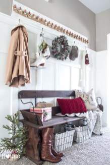 Stunning Farmhouse Christmas Entryway Design Ideas21