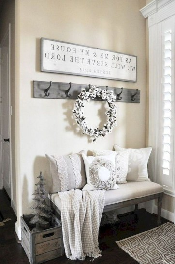 Stunning Farmhouse Christmas Entryway Design Ideas22