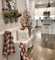 Stunning Farmhouse Christmas Entryway Design Ideas28