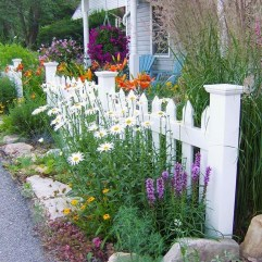 Beautiful Front Yard Cottage Ideas For Garden Landscaping13