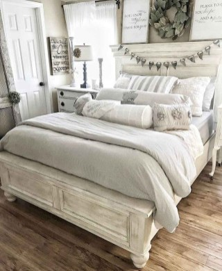 Spectacular Farmhouse Master Bedroom Decorating Ideas To Copy37