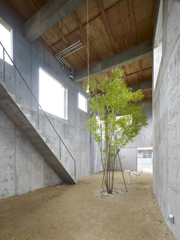 curved-concrete-house-with-interior-courtyard-2.jpg