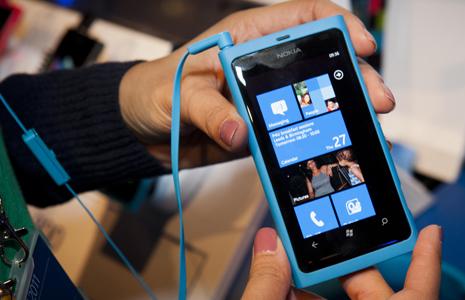 Nokia-Lumia-800-homescreen-blue1
