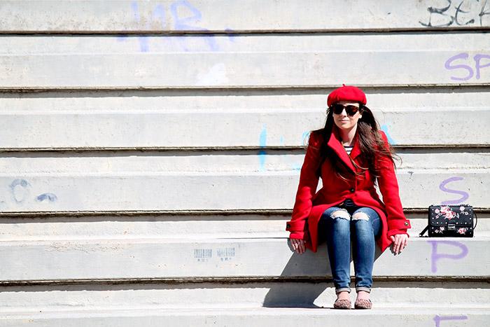 Total look parisino con un abrigo muy especial (rojo)