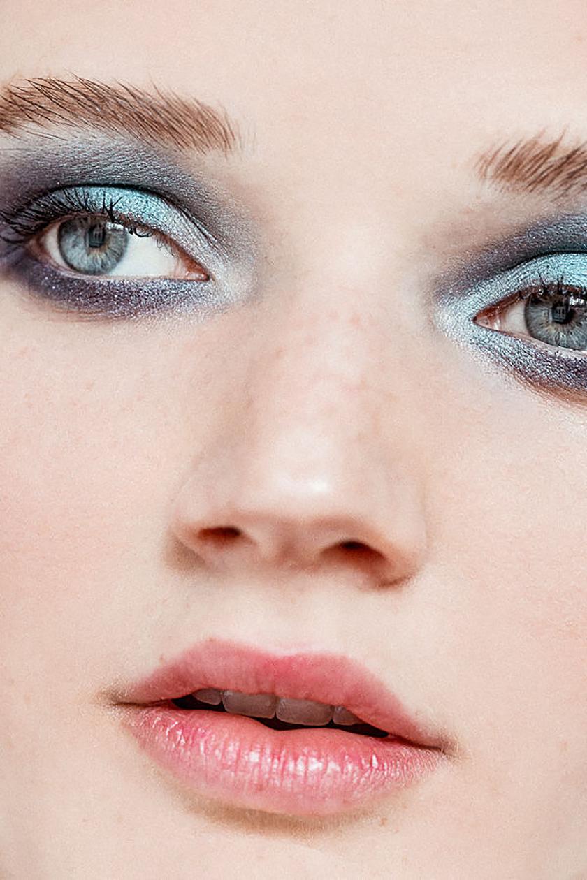 Maquillage des yeux bleu gris