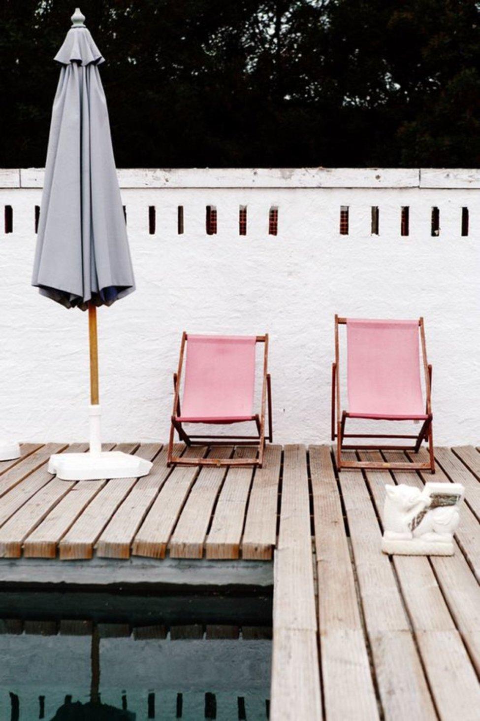 piscine et chaises longues roses