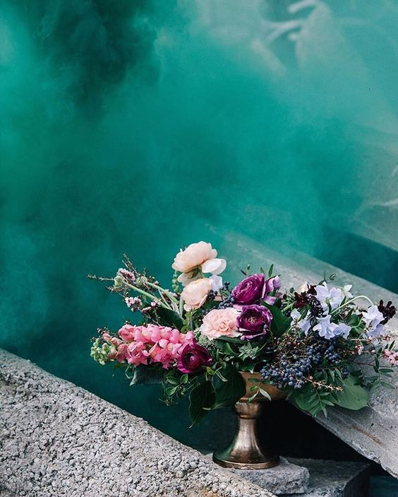 Bouquet de fleurs et mur bleu