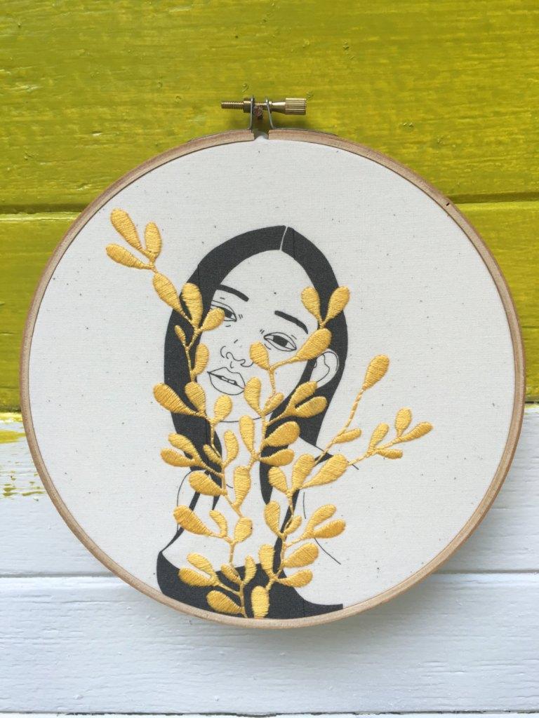 Kit de broderie jeunne femme et feuilles jaunes