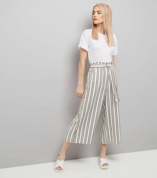 Pantalon court blanc à rayures et plis - Newlook