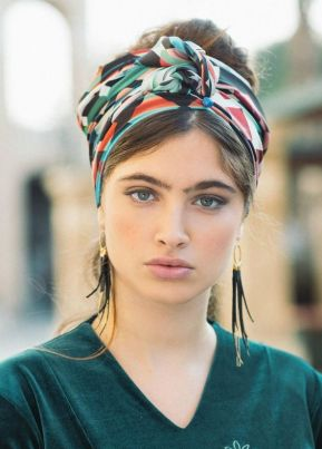 Grand foulard en soie dans les cheveux