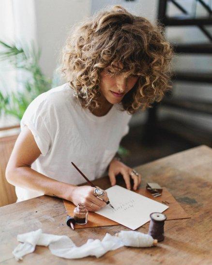 Carré aux épaules - Cheveux bouclés - The Report Hair