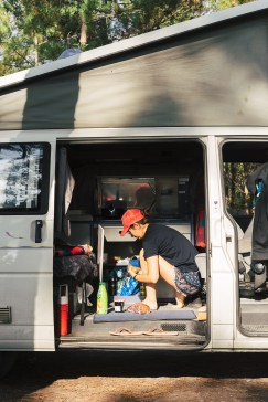 Faire la cuisine dans un van California Volkswagen