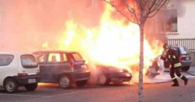 Reggio Calabria, dà fuoco all'auto con dentro l'ex moglie davanti a un liceo