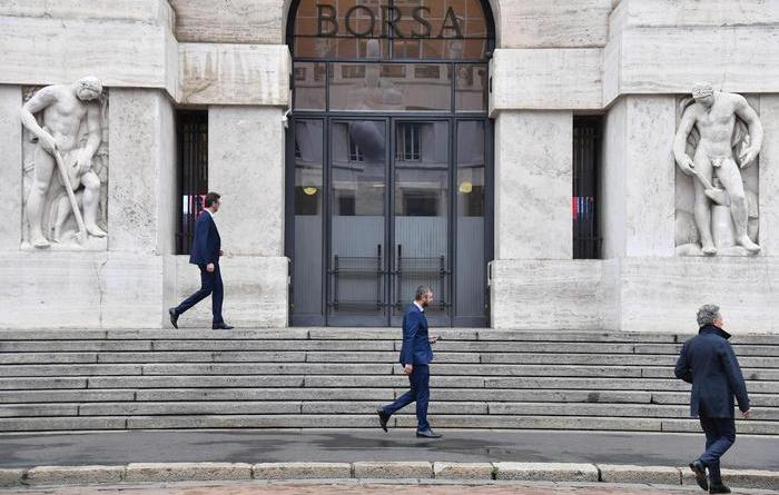Borsa: Milano apre in calo (-0,45%)