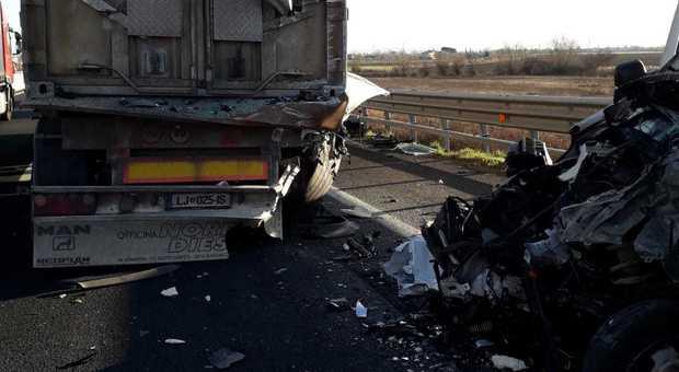 A4, si schianta contro il Tir, furgone disintegrato: morto sul colpo. Riaperta l'autostrada, code