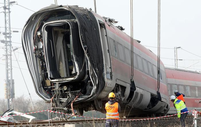 Treno deragliato, si tenta rimozione
