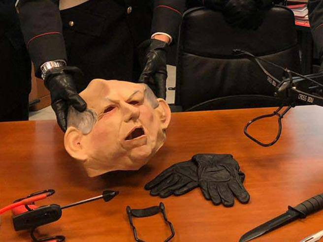 Ferrara, arrestato stalker con la maschera di Bertinotti armato di balestra